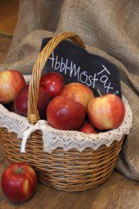 Apfelkorb mit Logo ogo Abbl-Most-Taxi Familie Köhler
