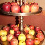 Etagere mit Äpfeln bestückt