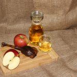 Gänsekeule mit Äpfeln dekoriert