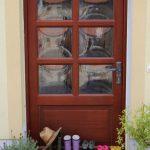 6 Paar Gummistiefel vor der Haustür