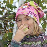 Mädchen beisst in Apfel